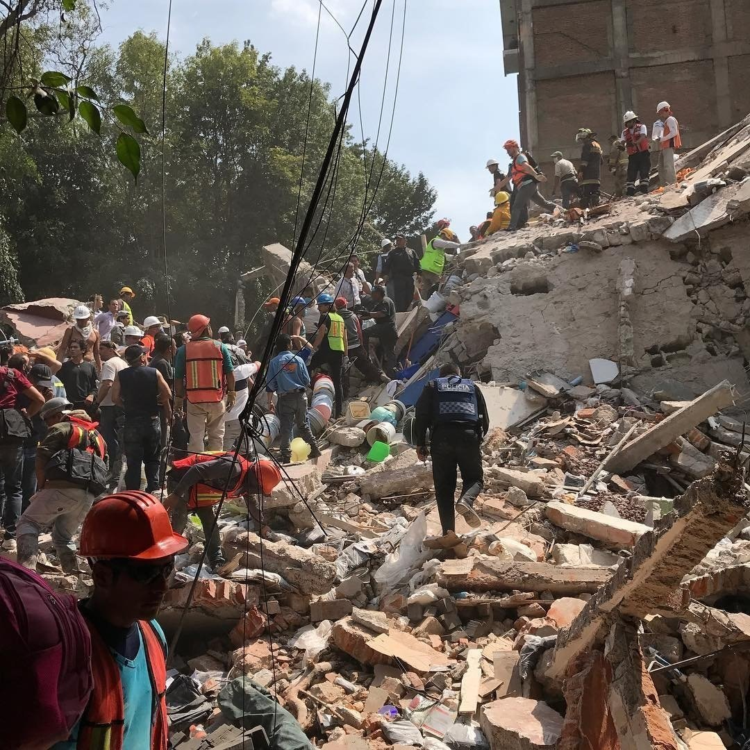 People searching rubble of fallen building in Mexico City (photo credit: Obie Fernandez)
