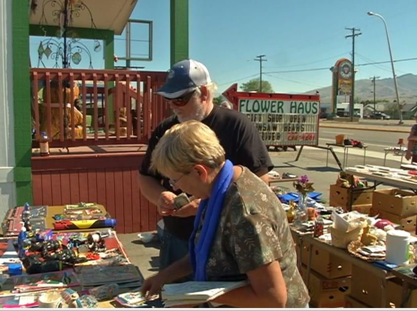 Shoppers looking for bargains along Highway 93 in Lolo (MTN News photo)